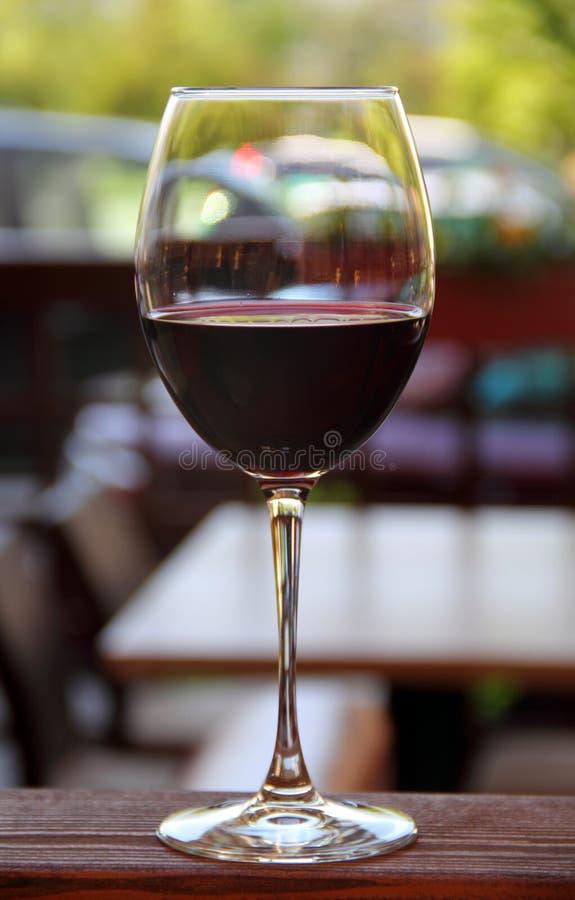 Vidrio de vino al aire libre fotos de archivo libres de regalías
