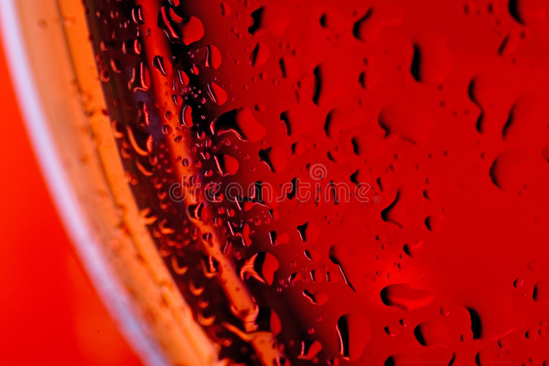 Vidrio de vino ascendente cercano de la macro y vino rosado rojo o fotos de archivo