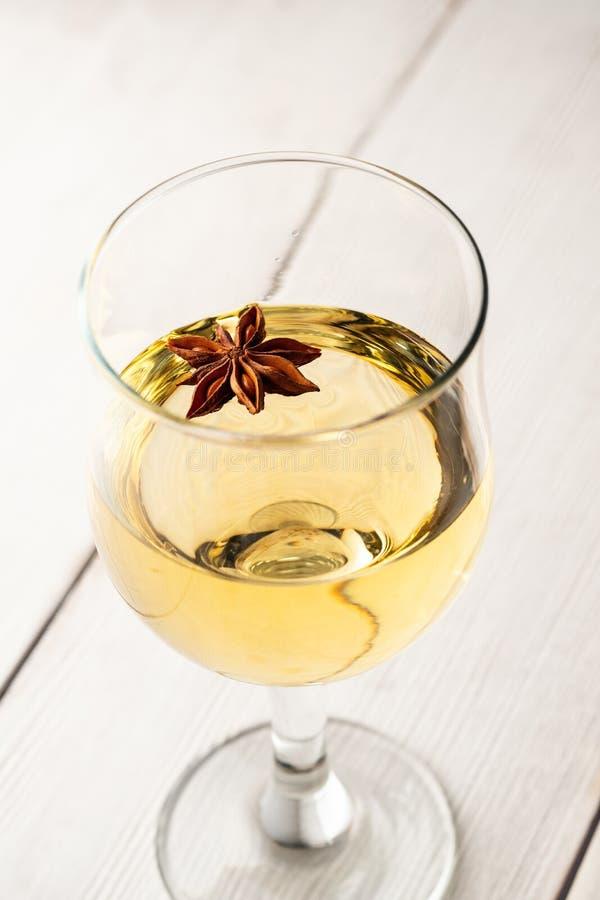 Vidrio de vino blanco en la tabla de madera del vintage Tema marina fotos de archivo