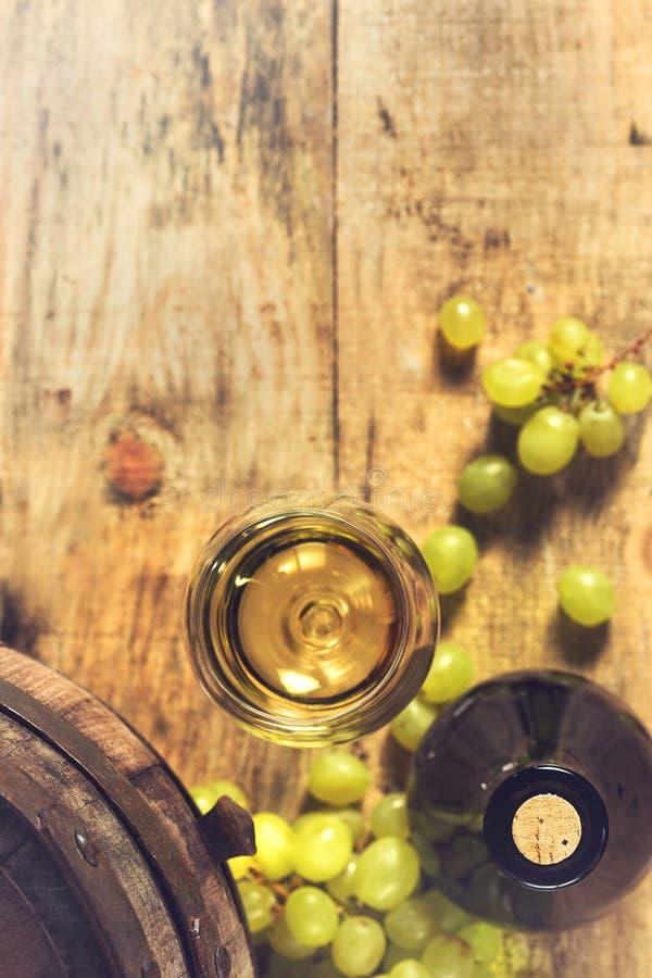 Vidrio de vino, de botella y de uvas verdes fotos de archivo libres de regalías