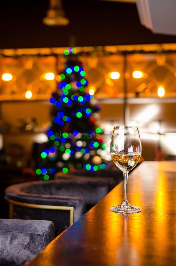 Vidrio de vino Diseño de tarjeta del Año Nuevo con Champán Escena de la Navidad celebración imagen de archivo libre de regalías