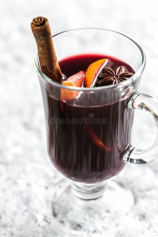 Vidrio de vino reflexionado sobre en nieve fotografía de archivo libre de regalías