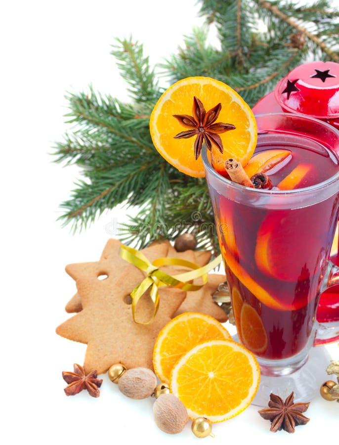Vidrio de vino reflexionado sobre la Navidad foto de archivo libre de regalías