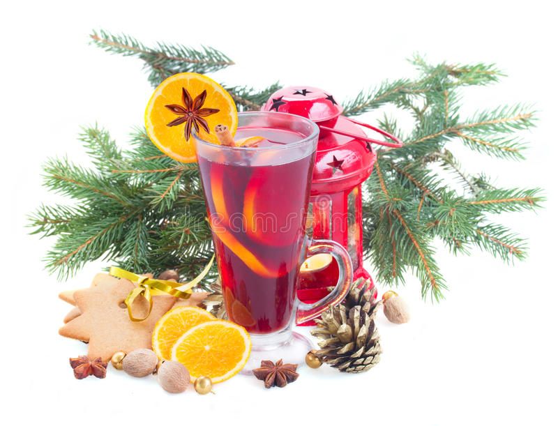 Vidrio de vino reflexionado sobre la Navidad imagenes de archivo