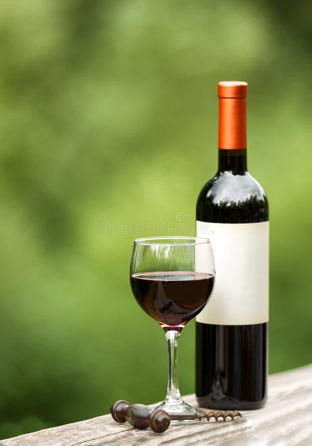 Vidrio de vino rojo al aire libre listo para gozar imagenes de archivo