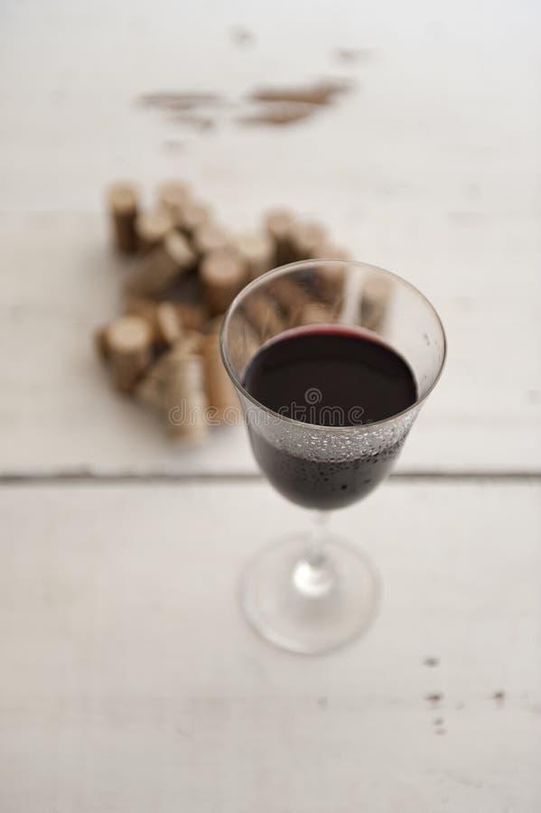 Vidrio de vino rojo y de corchos fotos de archivo libres de regalías