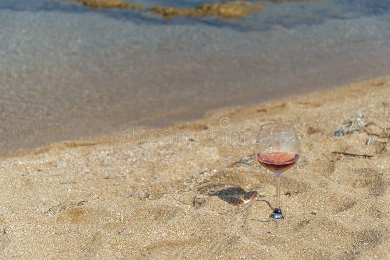 Vidrio de vino tinto en la costa de Salento Italia fotografía de archivo libre de regalías