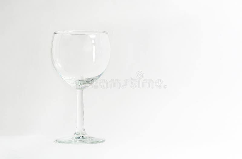 Vidrio de vino vac?o en el fondo blanco Transparente en blanco Vidrio tableware foto de archivo