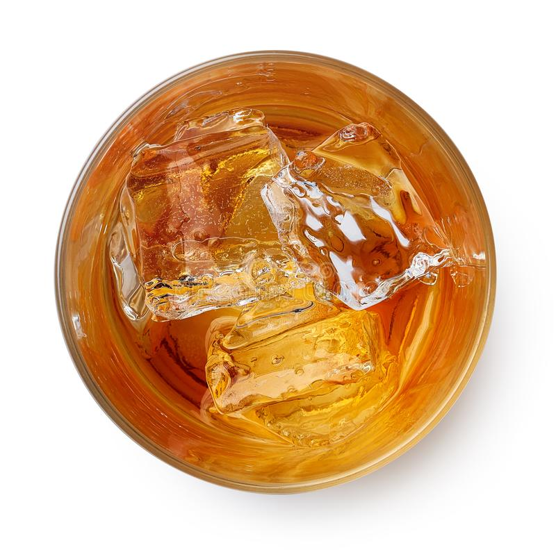 Vidrio de whisky con hielo imagenes de archivo