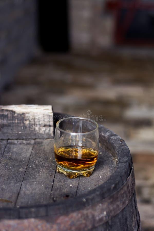Vidrio de whisky en destilería foto de archivo libre de regalías