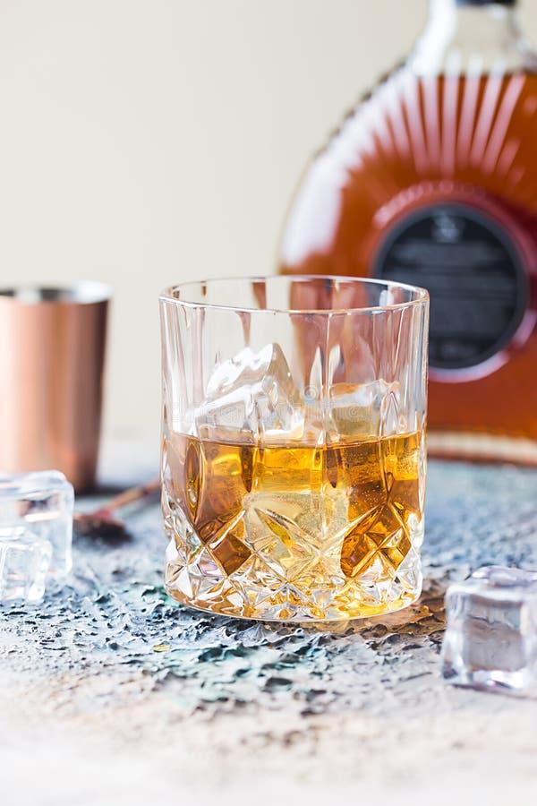 Vidrio de whisky escocés imagenes de archivo