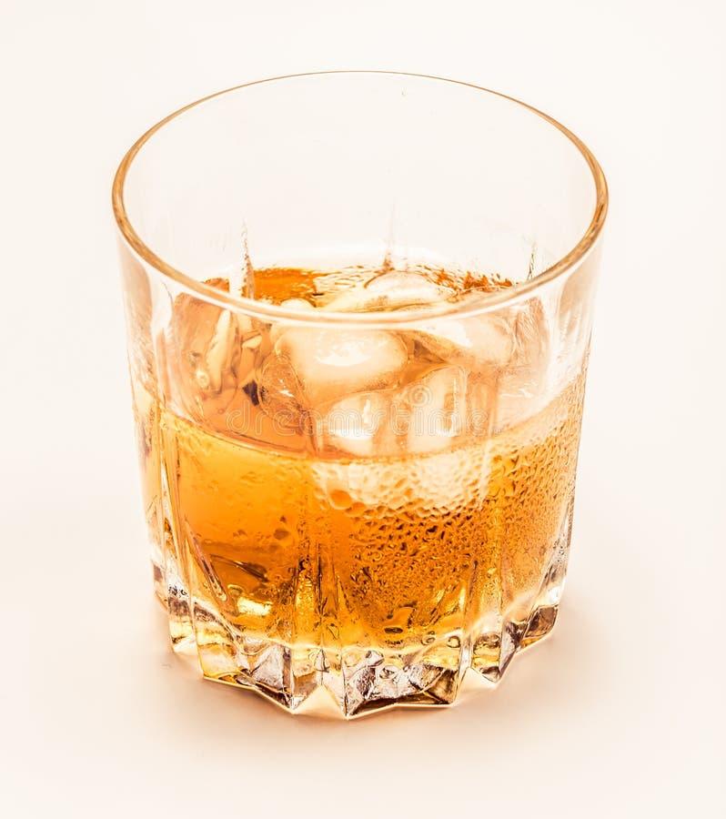 Vidrio de whisky frío en blanco imagen de archivo libre de regalías