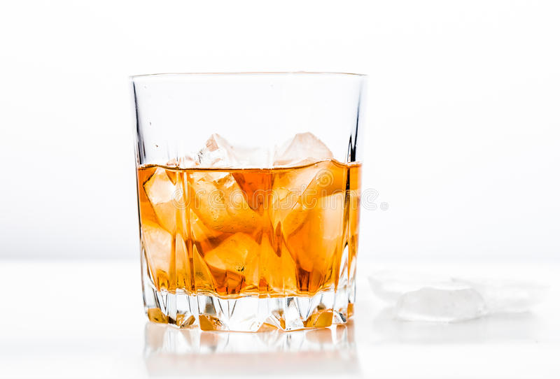 Vidrio de whisky frío en superficie de madera fotos de archivo libres de regalías