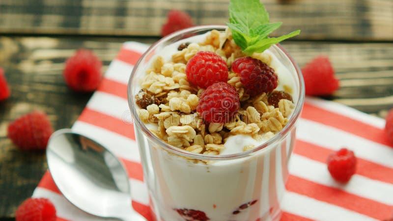 Vidrio de yogur con el granola y las bayas foto de archivo