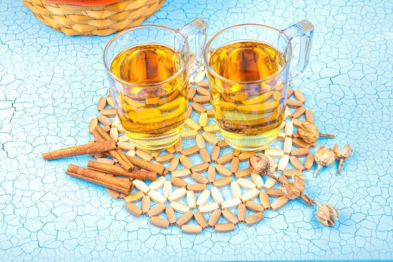 Vidrio de zumo de manzana y manzanas rojas en un viejo backg de madera azul fotos de archivo