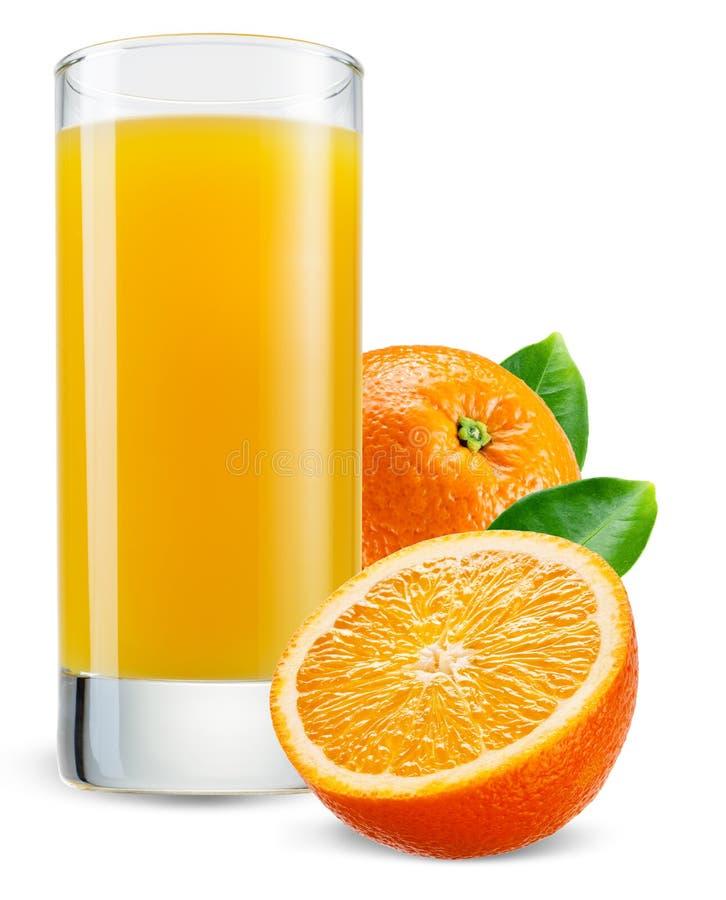 Vidrio de zumo de naranja con la fruta aislada en blanco imagen de archivo
