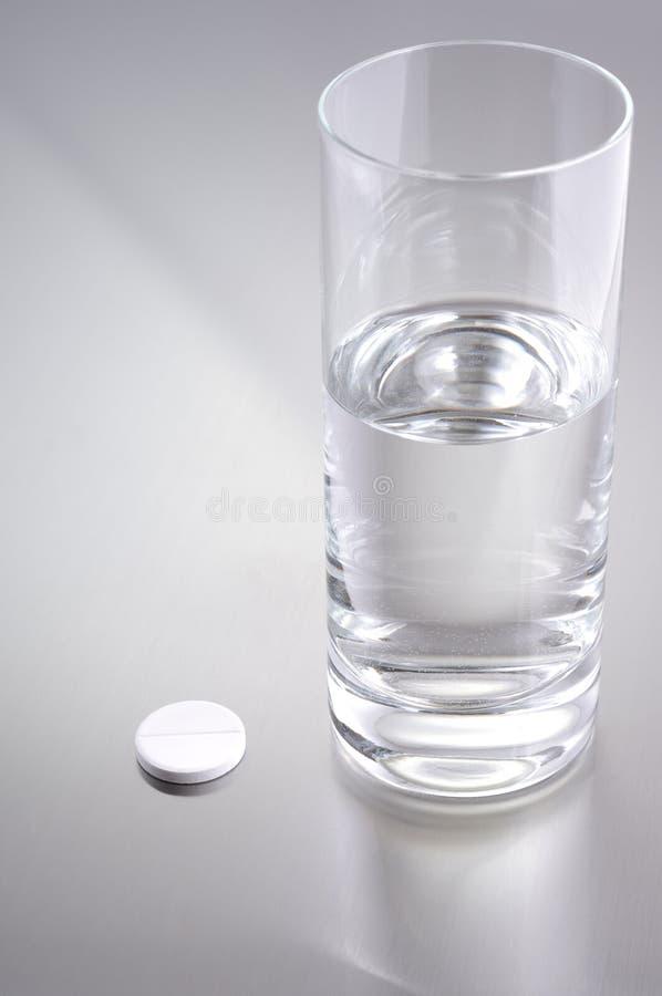 Vidrio del agua y de la aspirina imagen de archivo libre de regalías