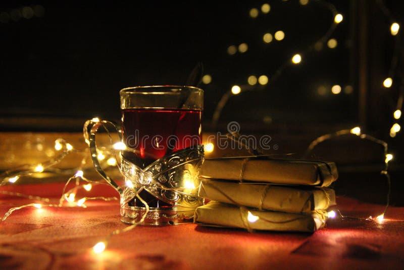Vidrio del té en el tren foto de archivo libre de regalías