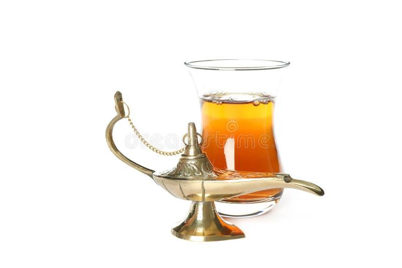 Vidrio del té y de Aladdin Lamp aislados imagenes de archivo