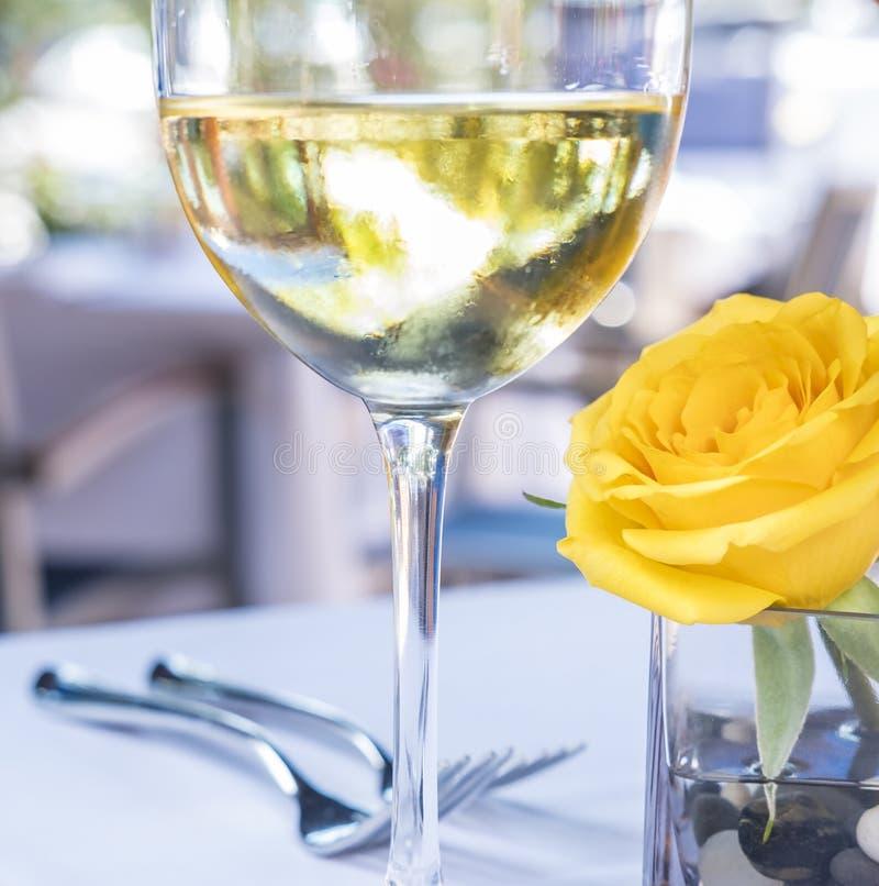 Vidrio del vino blanco y de una Rose amarilla 1 foto de archivo libre de regalías