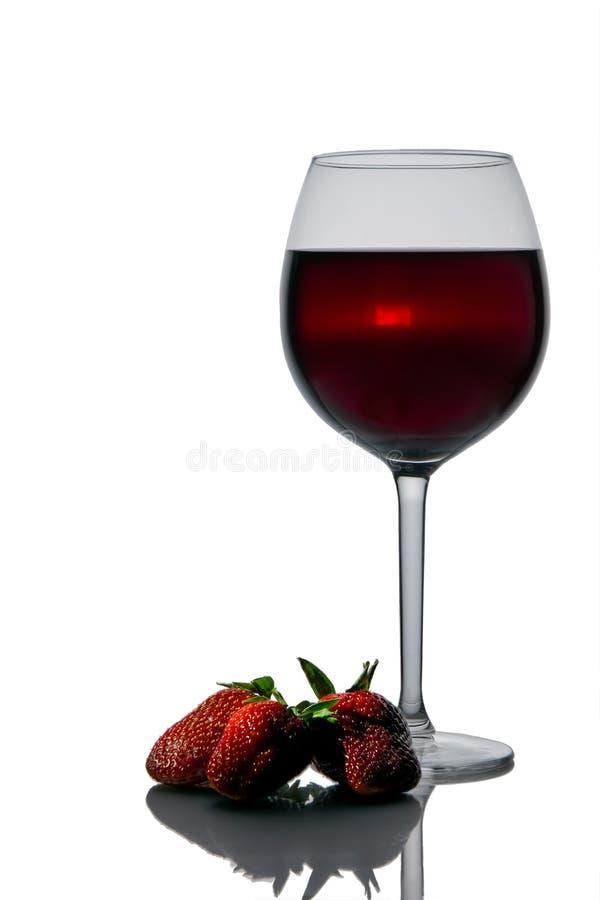 Vidrio del vino tinto y de la fresa fotografía de archivo