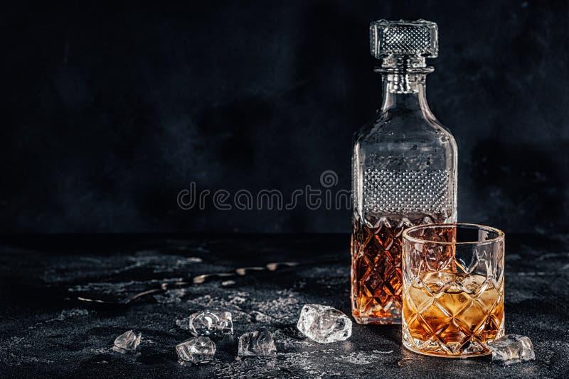 Vidrio del whisky con una jarra cuadrada imagen de archivo libre de regalías