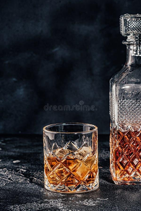 Vidrio del whisky con una jarra cuadrada fotos de archivo libres de regalías