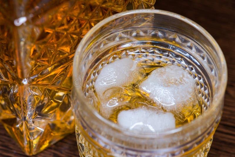 Vidrio del whisky en las rocas fotografía de archivo libre de regalías