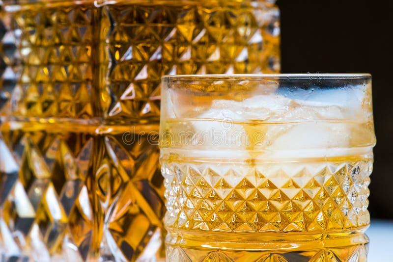 Vidrio del whisky en las rocas imágenes de archivo libres de regalías
