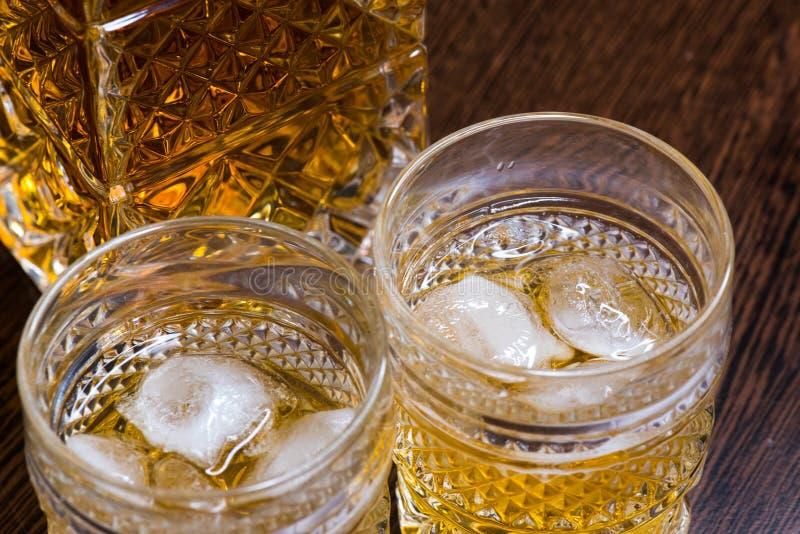 Vidrio del whisky en las rocas fotos de archivo libres de regalías
