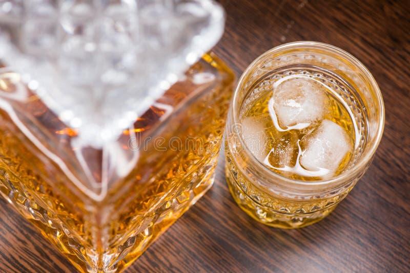 Vidrio del whisky en las rocas imagen de archivo