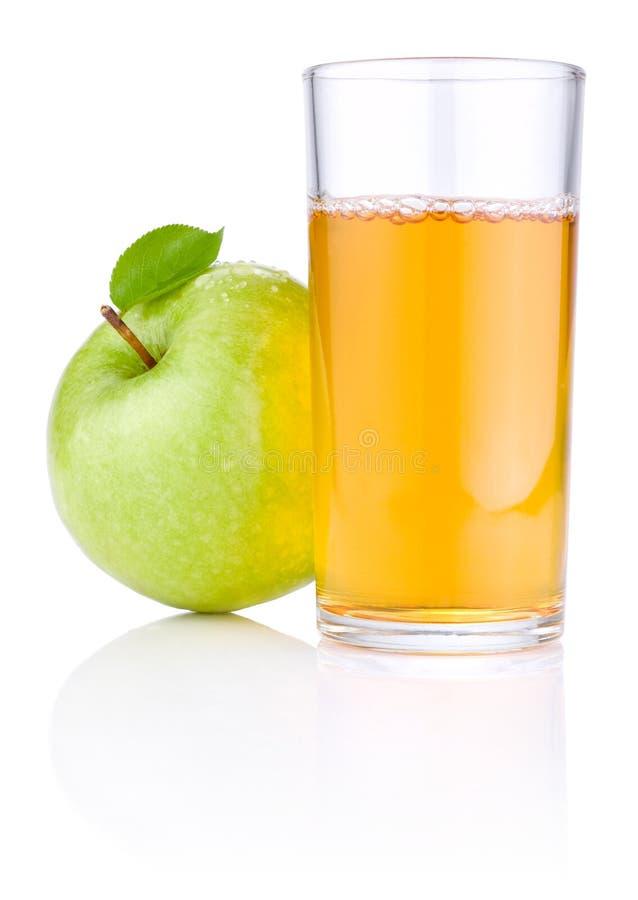 Vidrio del zumo de manzana, manzanas verdes con las hojas fotografía de archivo libre de regalías
