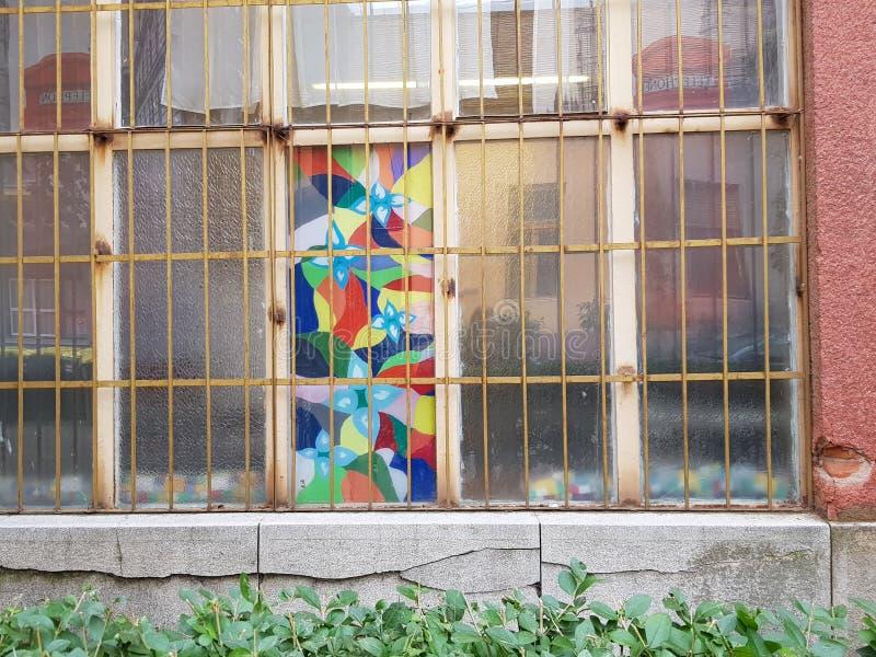 Vidrio industrial manchado en la ciudad imagen de archivo