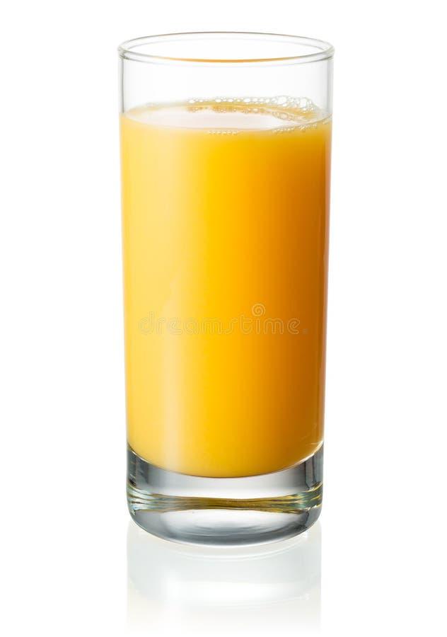 Vidrio lleno de zumo de naranja en el fondo blanco Con acortar el PA imagen de archivo
