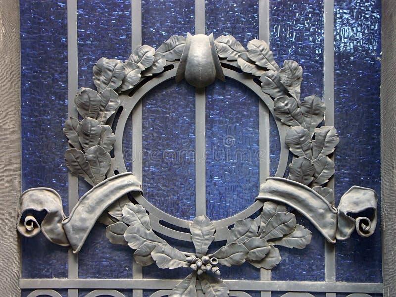 Vidrio manchado con el ornamento de metal fotografía de archivo libre de regalías