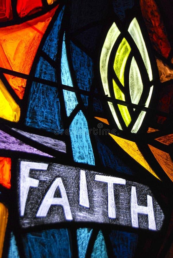 Vidrio manchado de la fe imagenes de archivo
