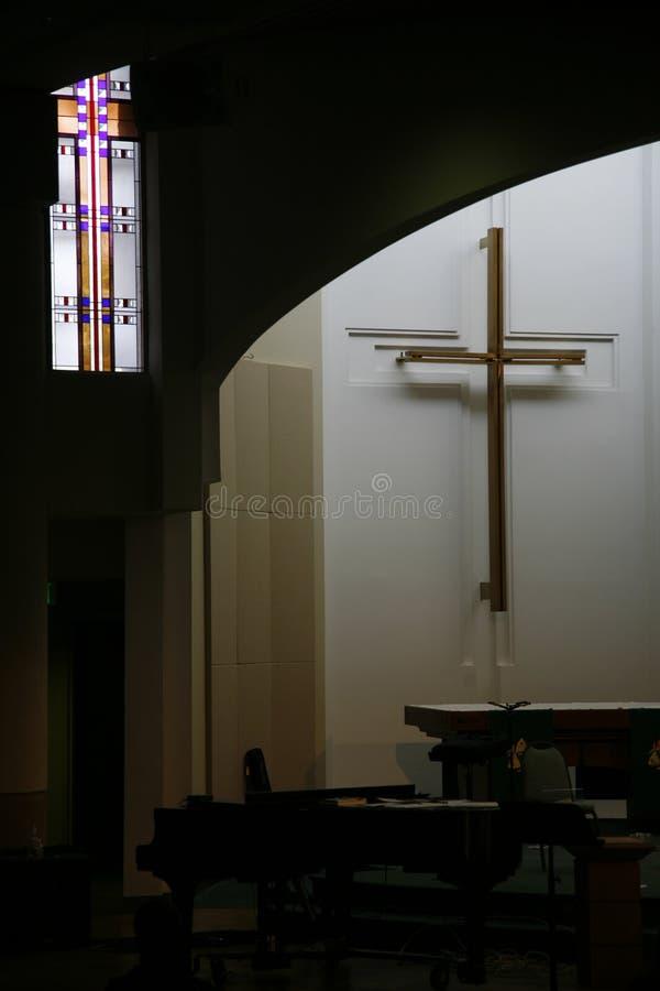 Vidrio manchado y cruz imagen de archivo libre de regalías