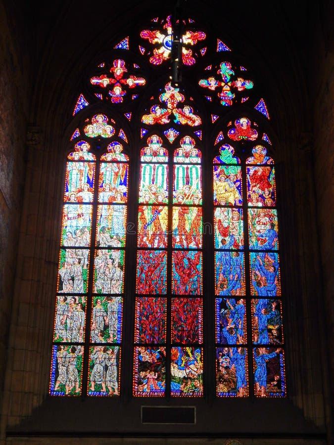 Vidrio maravilloso en la catedral de Praga StVitus fotografía de archivo