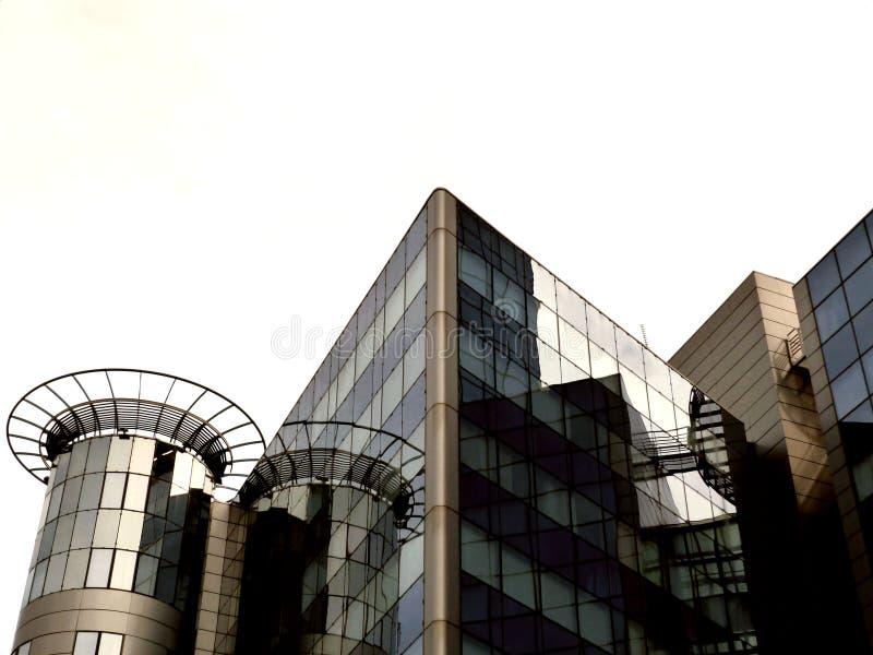 Vidrio moderno y detalle de aluminio de la fachada del edificio de oficinas fotografía de archivo libre de regalías