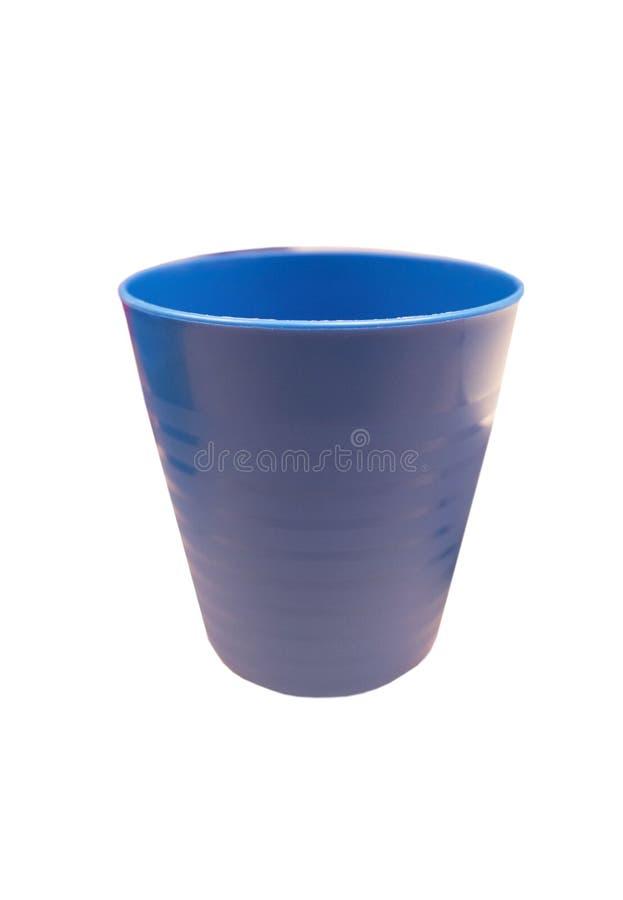 Vidrio plástico azul aislado en el fondo blanco del fichero con la trayectoria de recortes imagenes de archivo