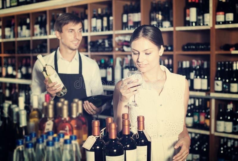 Vidrio que intenta de la mujer de vino imagenes de archivo