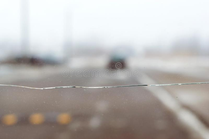 Vidrio quebrado del coche con la grieta en el parabrisas del auto imágenes de archivo libres de regalías
