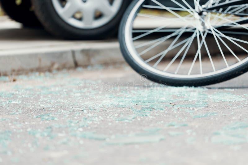 Vidrio quebrado en la calle después de un accidente de tráfico con el ciclista imágenes de archivo libres de regalías