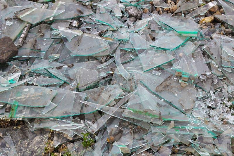 Vidrio quebrado en la tierra, fondo fotografía de archivo libre de regalías