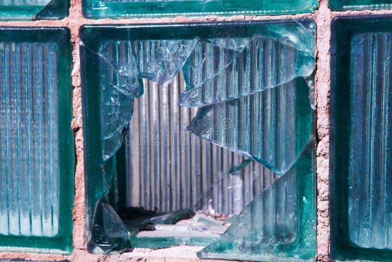 Vidrio quebrado para el modelo del fondo Ventana quebrada con un agujero de bala en el agujero medio en la ventana Textura del de imagen de archivo