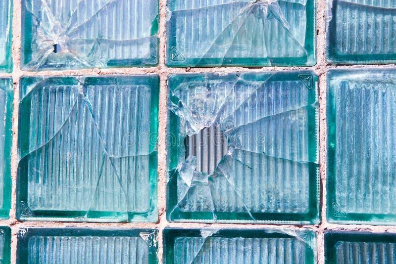 Vidrio quebrado para el modelo del fondo Ventana quebrada con un agujero de bala en el agujero medio en la ventana Textura del de fotos de archivo