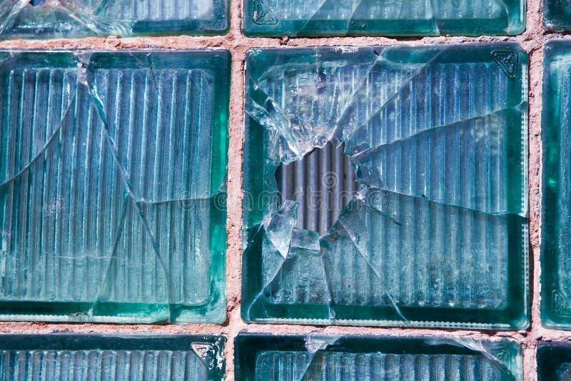 Vidrio quebrado para el modelo del fondo Ventana quebrada con un agujero de bala en el agujero medio en la ventana Textura del de fotos de archivo libres de regalías