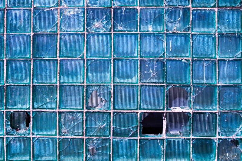 Vidrio quebrado para el modelo del fondo Ventana quebrada con un agujero de bala en el agujero medio en la ventana Textura del de imágenes de archivo libres de regalías