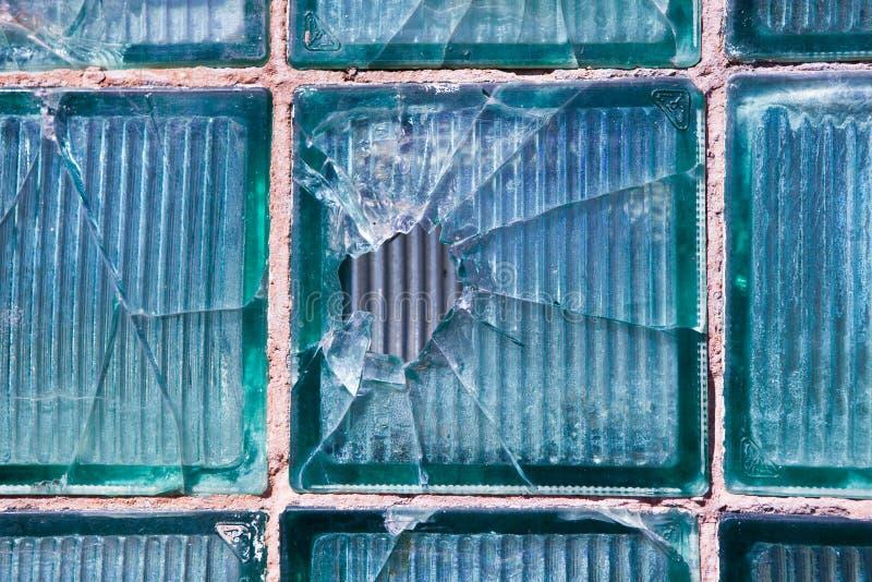 Vidrio quebrado para el modelo del fondo Ventana quebrada con un agujero de bala en el agujero medio en la ventana Textura del de imagen de archivo libre de regalías