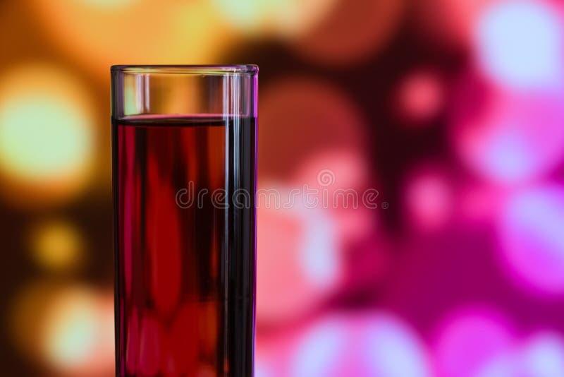 Vidrio rápido de la bebida llenado de alcohol fuerte imagenes de archivo